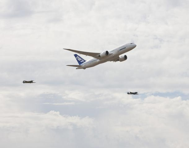 Dreamliner_in_formation_with_Spitfires_100720c.jpg